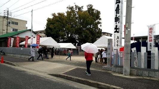 直会神社に町内の人々が集まってくる様子